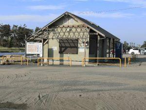 片貝海水浴場の駐車場のトイレ
